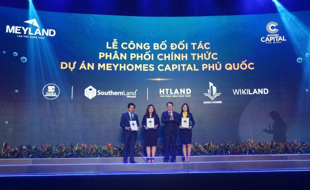Bà Trần Thúy Hài - TGĐ SC HOLDING ( Thứ 2 từ trái sang) nhận chứng nhận đại lý phân phói chính thức dự án MEYHOMES - MEYLAND